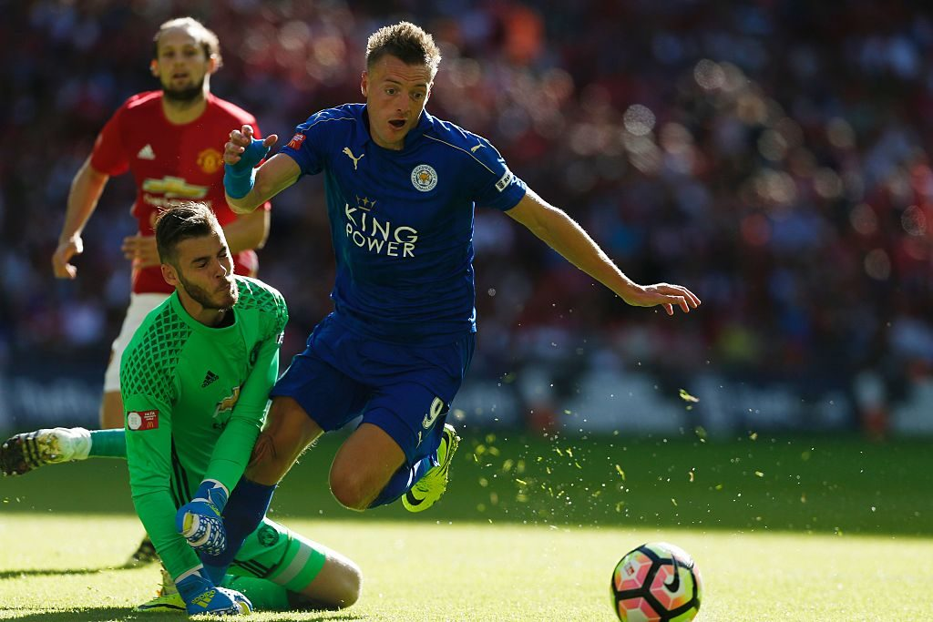 Leicester City's English striker Jamie Vardy (R) beats Manchester United's Spanish goalkeeper David de Gea (L) to score an equalising goal during the FA Community Shield football match between Manchester United and Leicester City at Wembley Stadium in London on August 7, 2016. / AFP / Ian Kington / NOT FOR MARKETING OR ADVERTISING USE / RESTRICTED TO EDITORIAL USE (Photo credit should read IAN KINGTON/AFP/Getty Images)