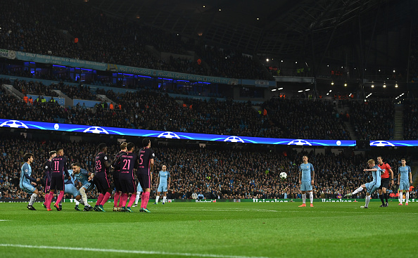 MANCHESTER, ENGLAND - NOVEMBER 01: Kevin De Bruyne of Manchester City (R) scores his sides second goal from a freekick during the UEFA Champions League Group C match between Manchester City FC and FC Barcelona at Etihad Stadium on November 1, 2016 in Manchester, England. (Photo by Shaun Botterill/Getty Images)
